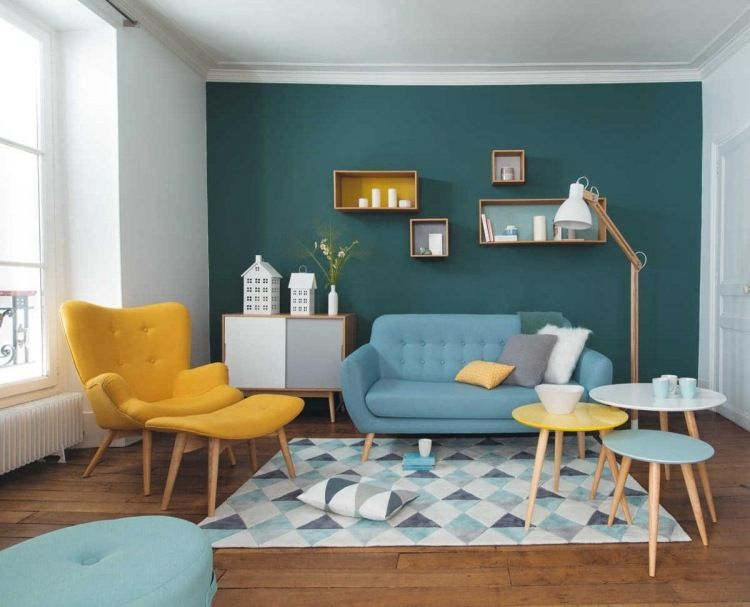 gelbe und blaue Polstermöbel gegen eine petrolgrüne Wand | grau gelb ...