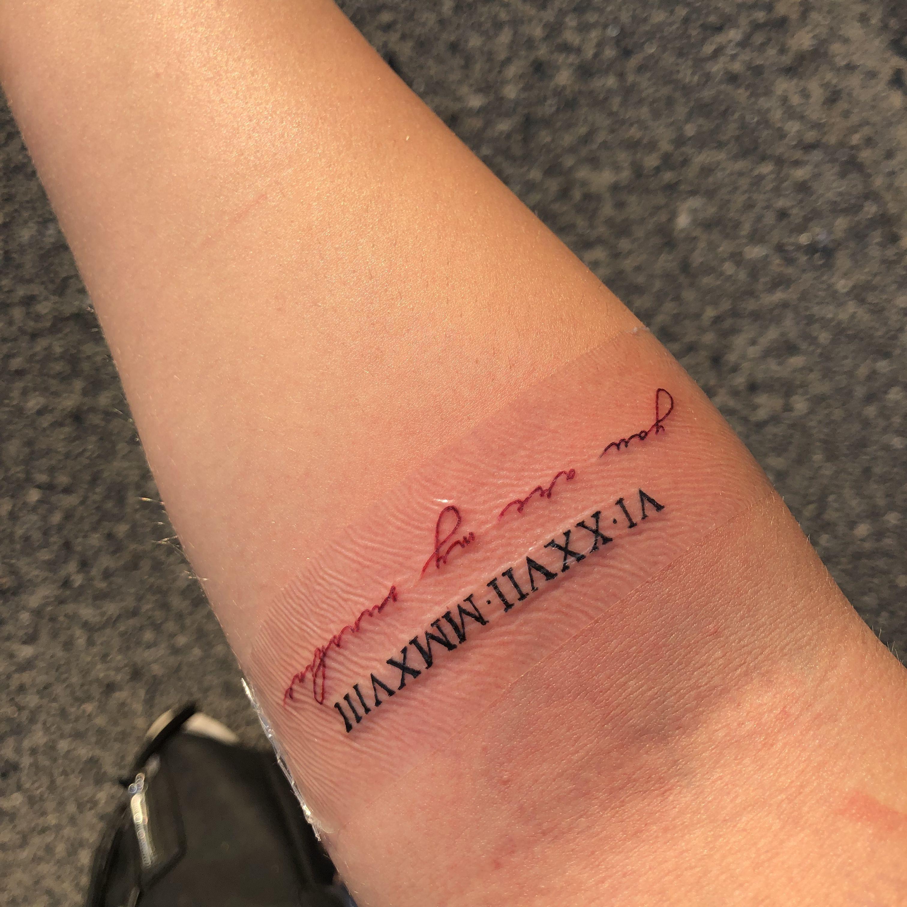 Kleine Rote Tatowierung Tattoo Ideas Red Tattoos Red Ink Tattoos Dainty Tattoos