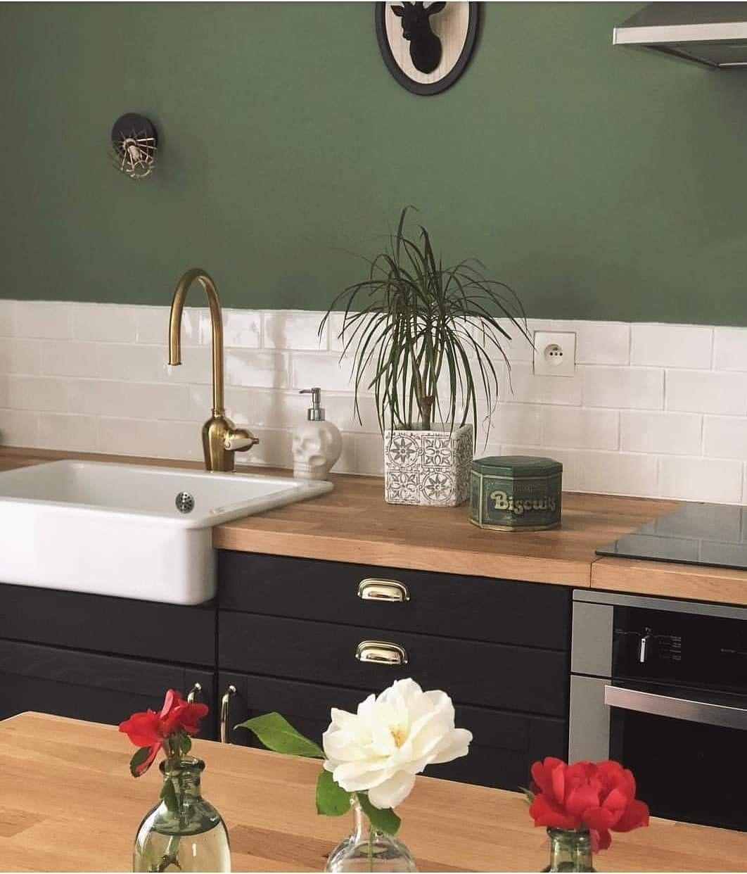 Un Mur D Un Vert Soutenu Pour Rechauffer L Ambiance D Une Cuisine En Bois Noir La Maison De Maya Instagram Cuisine Bois Cuisine Verte Cuisines Maison