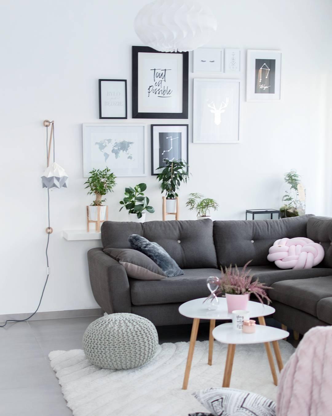 Dieses wohnzimmer ist ein wahr gewordener scandi traum ein gemütliches sofa eine einzigartige gallery wall ein trendiges knot kissen und ein stylischer
