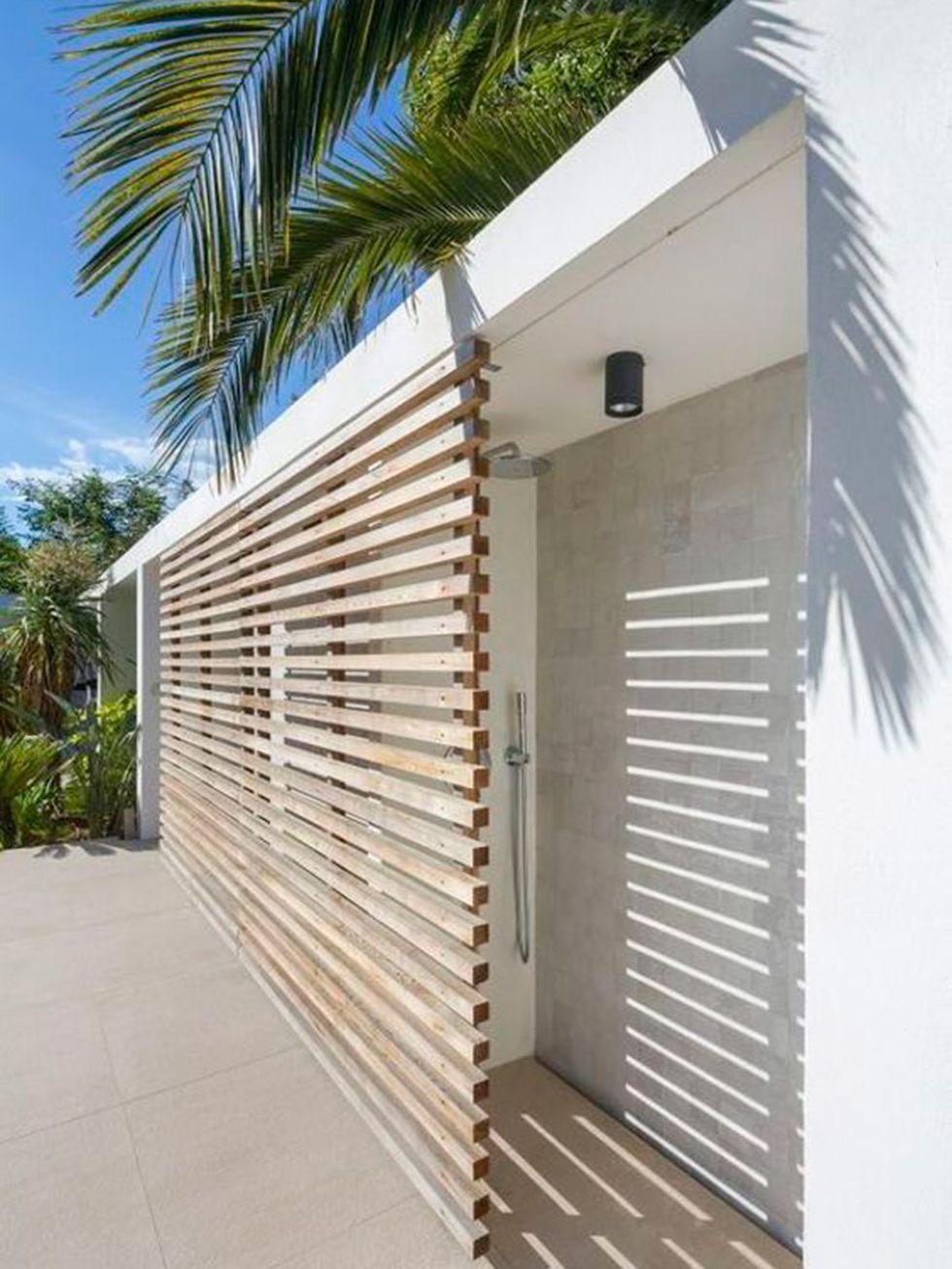 17 duchas al aire libre ducha de piscina ducha de for Jardin al aire libre de madera deco