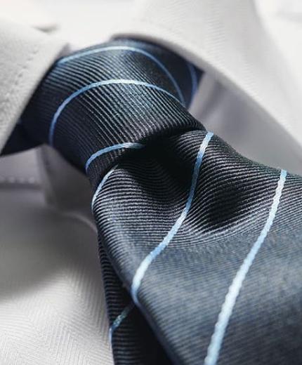 Krawatten Binden Kann Man Nicht Von Tag 1 Weg Deshalb Zeigen Wir Dir Wie Einfach Es Ist Eine Krawatte Zu Binden Krawatte Binden Krawatte Binden