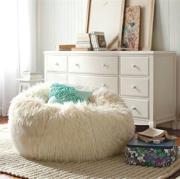 Brauntöne Machen Das Schlafzimmer Gemütlich: Sitz-Pouf Design-Kissen Fellmöbel-weiß Gemütlich