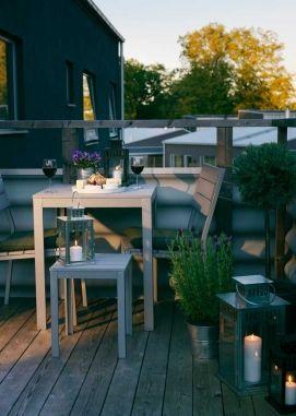 De nye møbler i Falster-serien er praktiske, kan stables og er pladsbesparende. Materialet ligner træ, men er faktisk fremstillet af polystyrenplast og kræver ingen vedligeholdelse. Bord $106/599 kr., stol $62/350 kr., taburet $40/225 kr., Ikea.