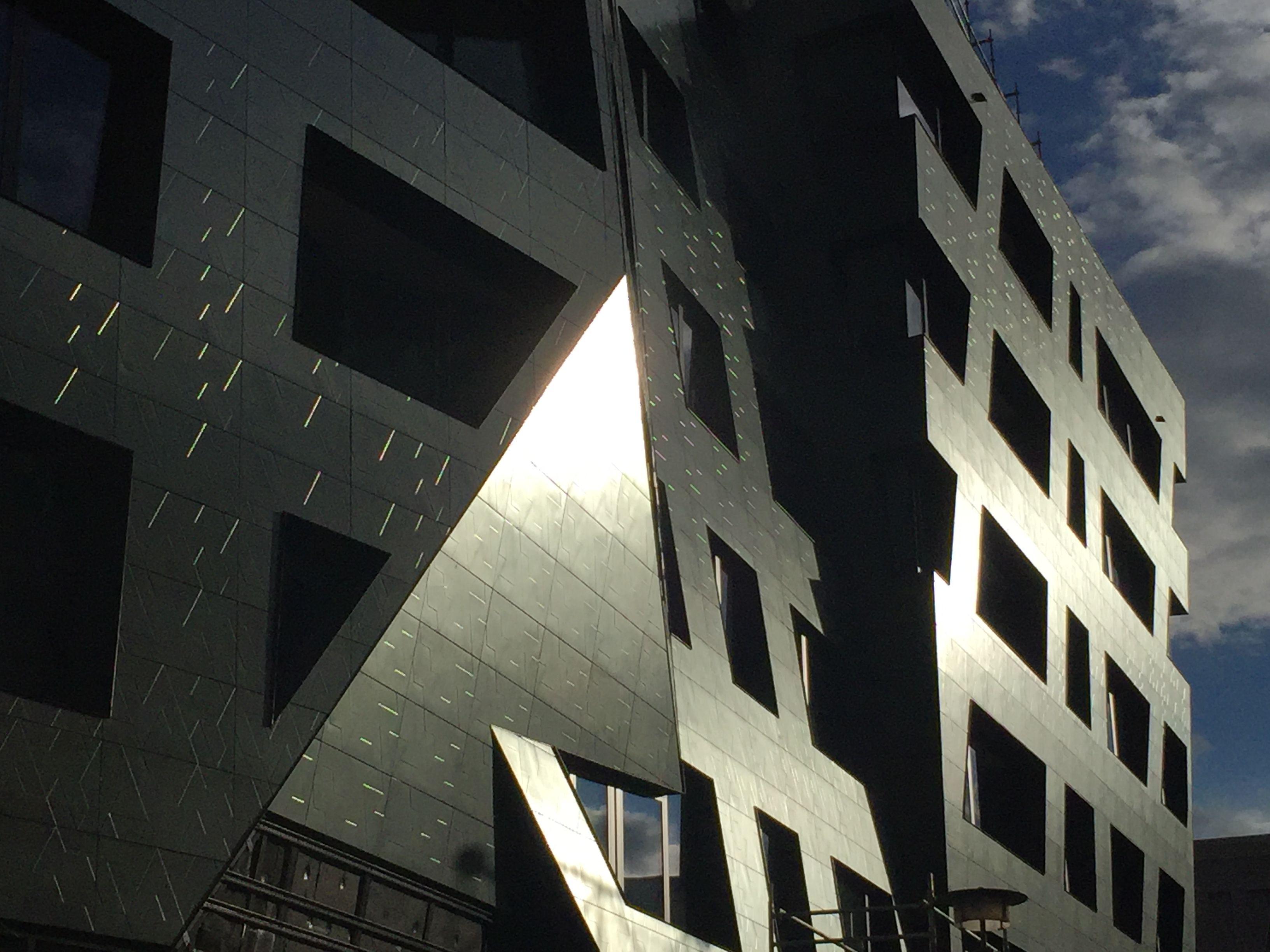 Fliesenmarkt Berlin die mit titan fliesen versehene fassade vom sapphire erstrahlt in