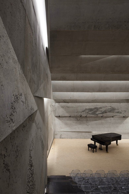 13/11/2014 - La Concert Hall di Blaibach, in Germania, porta la firma dello studio Peter Haimerl Architektur. Il progetto rappresenta il cuore dello s