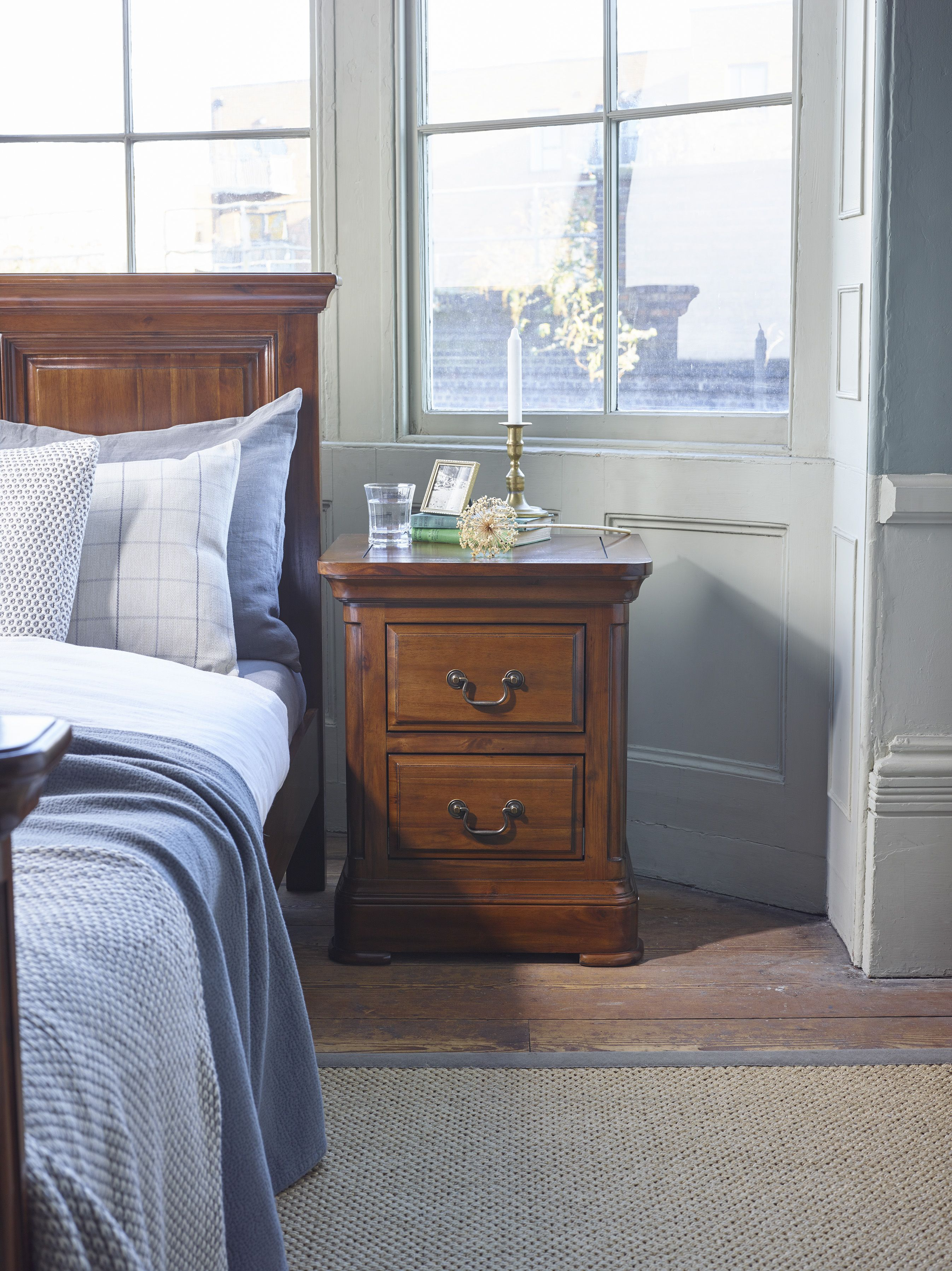 Traditional Dark Oak Furniture On Our Cranbrook Bedside Table Is An Eyecatching Piece In Any Bedroom Inspired By Solid Hardwood Bedside Table Dark Wood Furniture Ideas