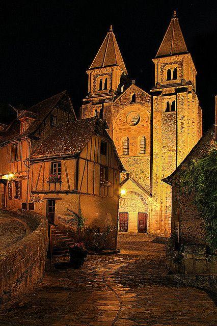 Sainte-Foy de Conques La iglesia abacial de Sainte-Foy de Conques es una iglesia situada en la comuna francesa de Conques, en el departamento del Aveyron. pieza maestra de la arquitectura románica del sur de Francia, decorado con vitrales de Pierre Soulages.