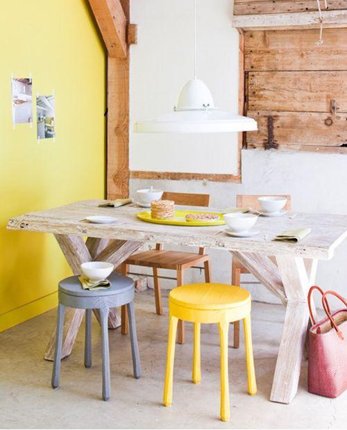 Comedor con mesa r stica de madera y taburetes de colores for Comedor con taburetes