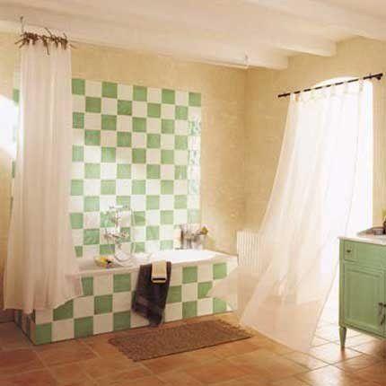 peindre le carrelage blanc de la salle de bain avec une peinture verte en damier pour lui donner un nouveau look avec la mme dmarche repeindre un meuble - Repeindre Le Carrelage D Une Salle De Bain