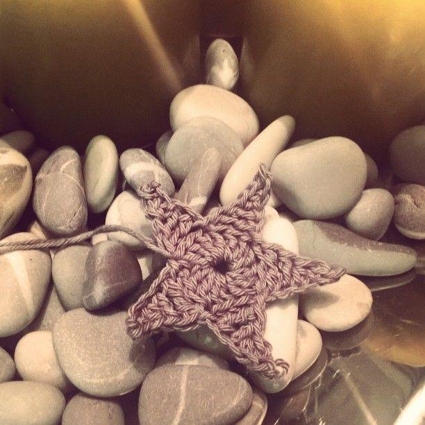 On taas se aika vuodesta että tartuin koukkuun #virkkaus #crocheting #virkattutähti #joulu #joulujuttuja #käsityöt #handmade #diy #joulukoriste #mitätästätulee