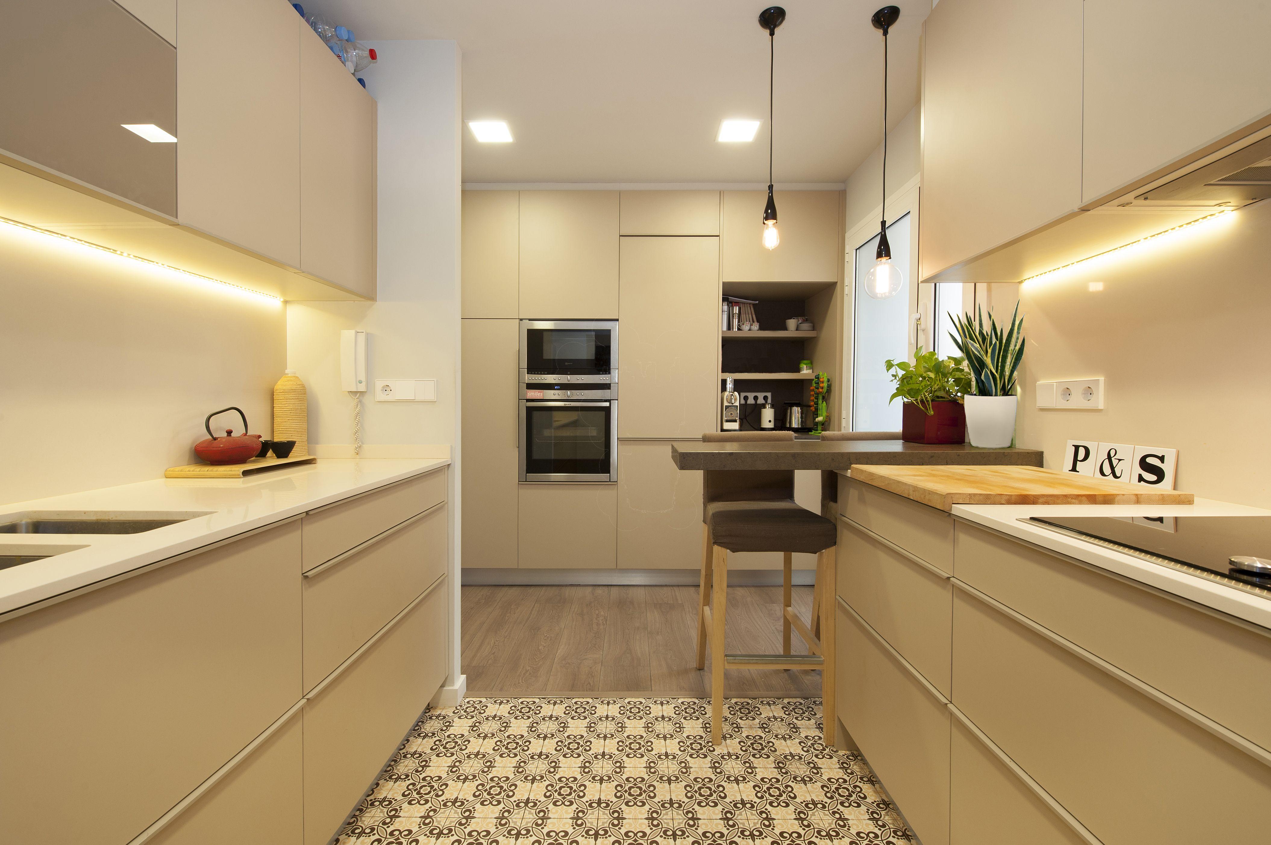 Cocina reformada por el estudio de interiorismo sincro - Suelos de cocina modernos ...