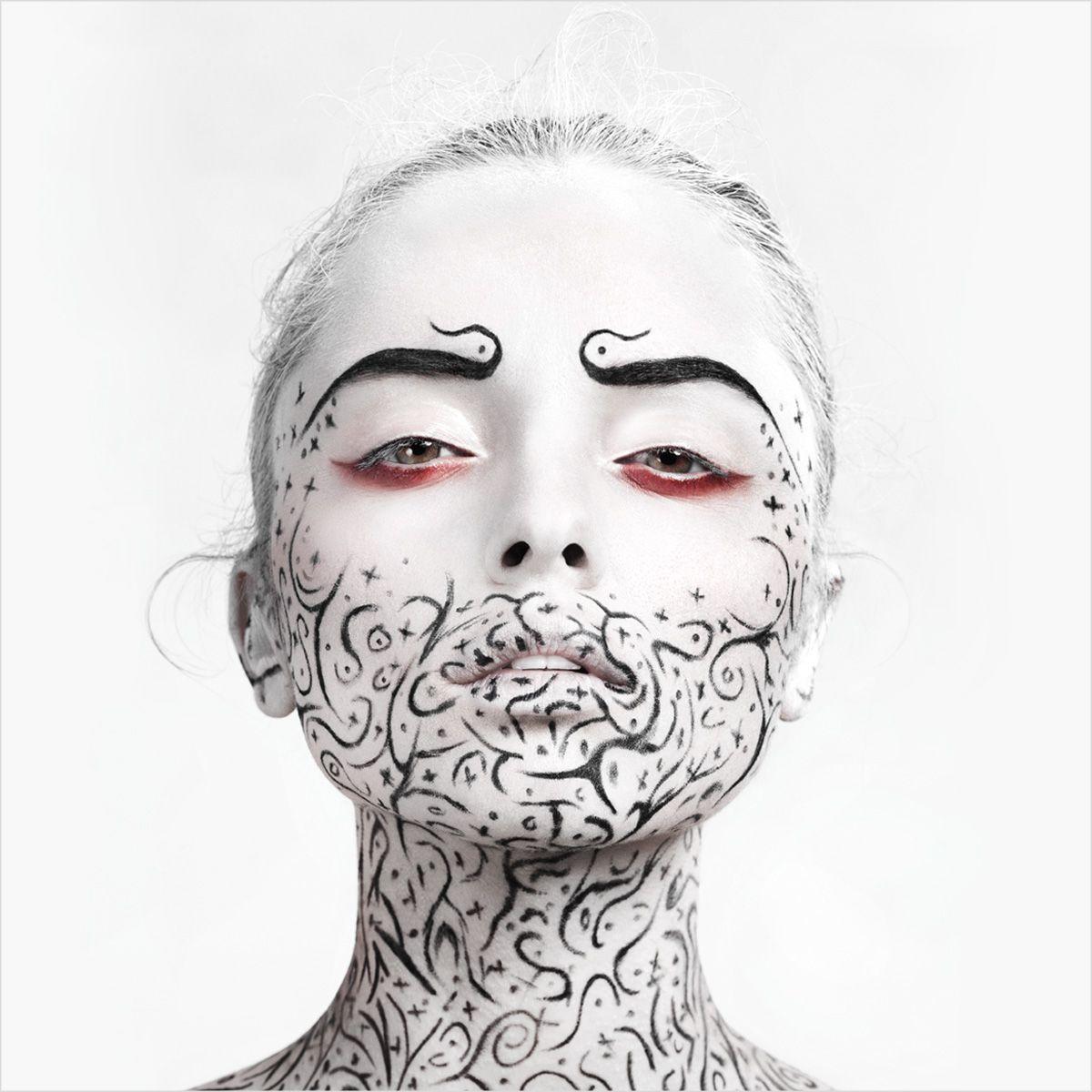 Gorgeous bleeding black and white makeup. - 17 Black & White Makeup Ideas..bn dai...5 min e partiamo