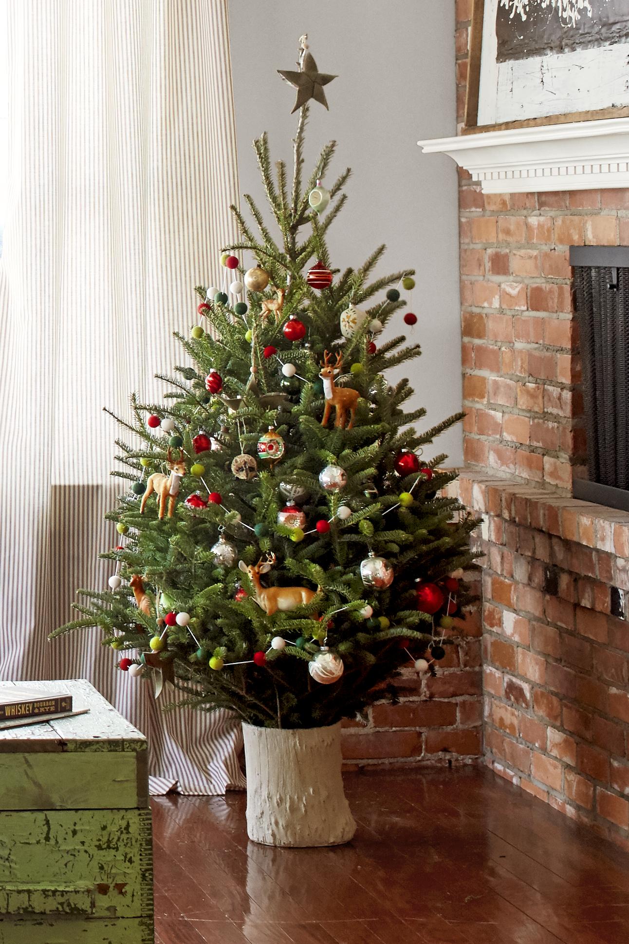 115 Beautiful Small Christmas Tree Decorating Ideas Meetflyer Com Small Christmas Trees Decorated Small Christmas Trees Small Xmas Tree