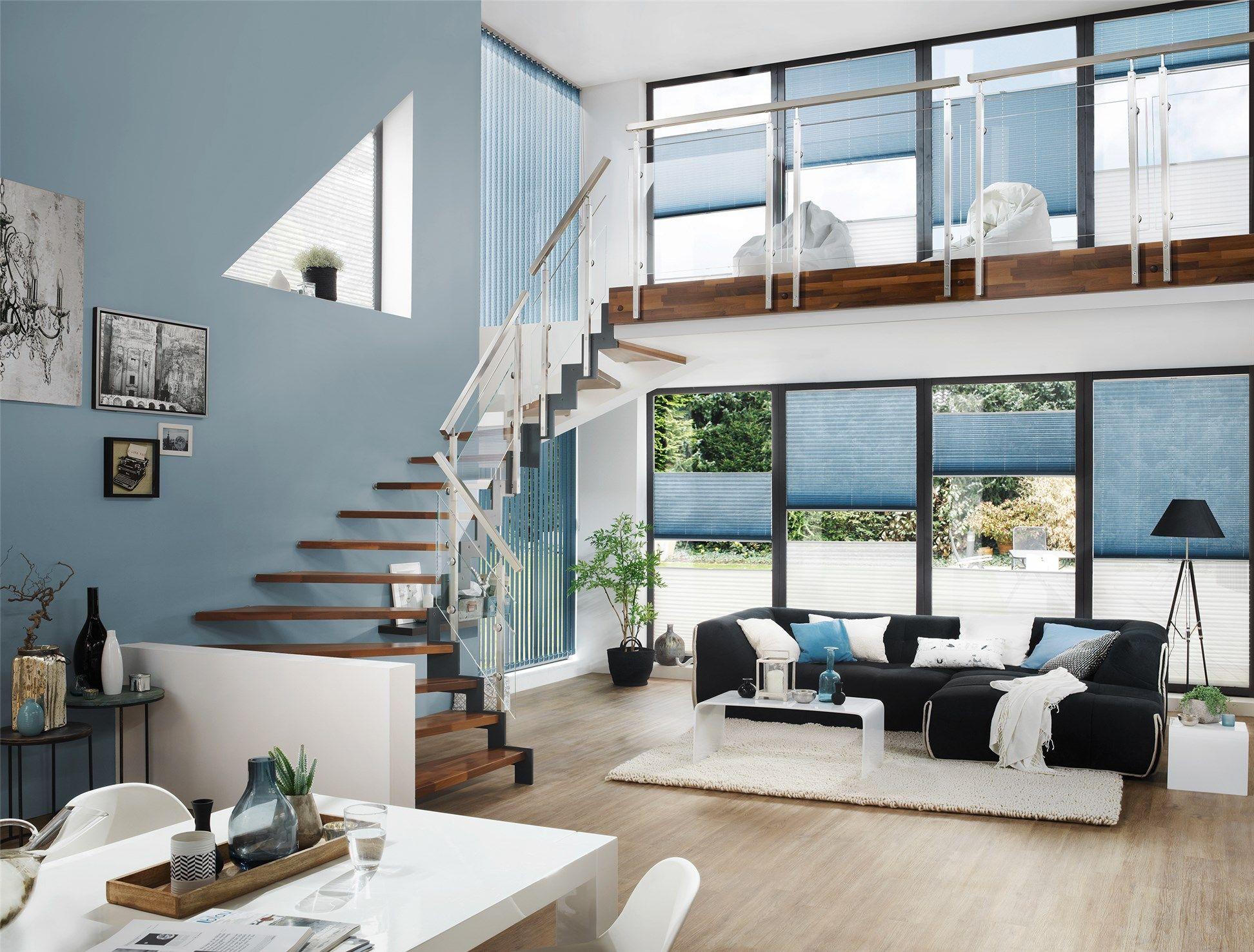 großzügige Wohngalerie mit Fensterfronten mit Plissees und ...