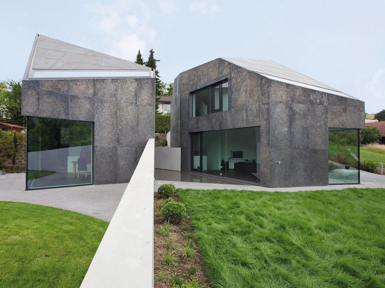 Fassadengestaltung einfamilienhaus schwarzes dach  Doppelhaus mit geätzter, feuerverzinkter Fassade | Fassaden ...