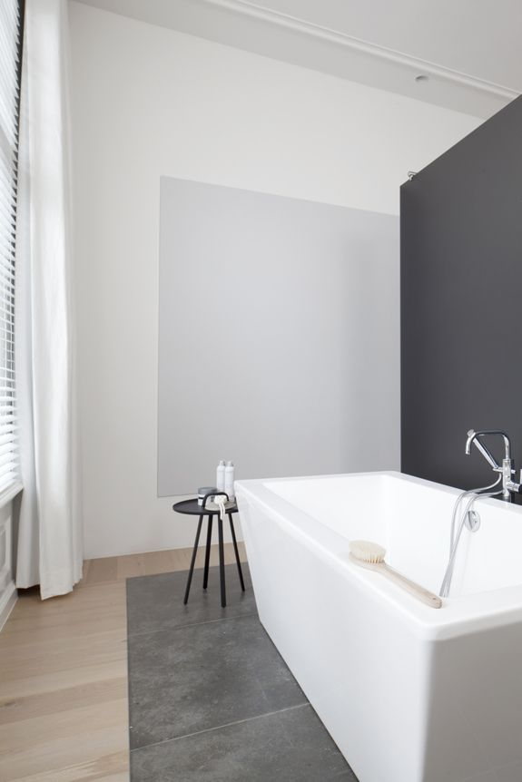 Wit - Grijs - Hout - Strak - Vrijstaand bad   BATHROOM INTERIOR ...