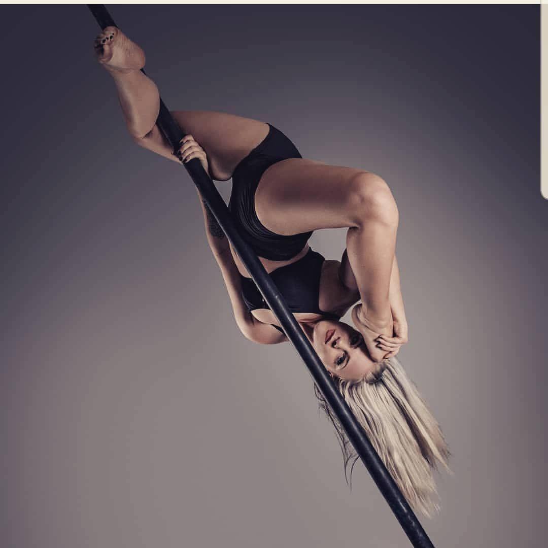 Pole🖤 . . . #hoop #aerialhoop #silks #aerialsilk #silk #split #flexible #sport #fitness #aerialist...