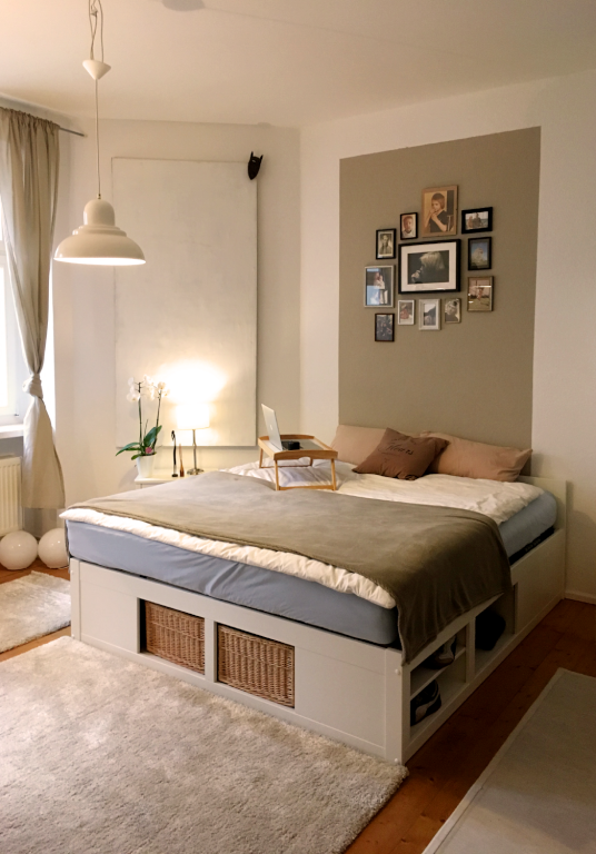 Schönes Schlafzimmer mit Doppelbett und großem Teppich ...
