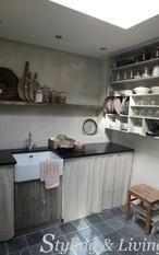 Landelijke bijkeuken met Pure & Original kalkverf, oud en vergrijsd hout en stoere accessoires.   Showroom Styling & Living