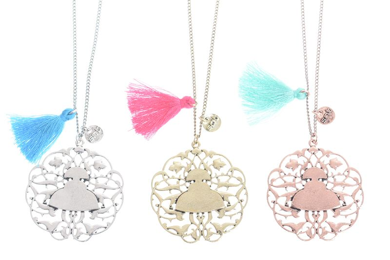 Collares largos colgantes con medallón de meninas de colores varios muy originales y únicos en www.sonatachic.com #etnico #pulseras #cool #ethinc #sonata #chic #bisuteria #snt #moda #fashion #tendencia #collares #gargantillas #anillos #outfits #complementos #cubrebotas #joyas #broches #tobilleras  #bolsas #expositores #llaveros #accesorios #pelo #gemelos #metal #colgante #cristal #meninas