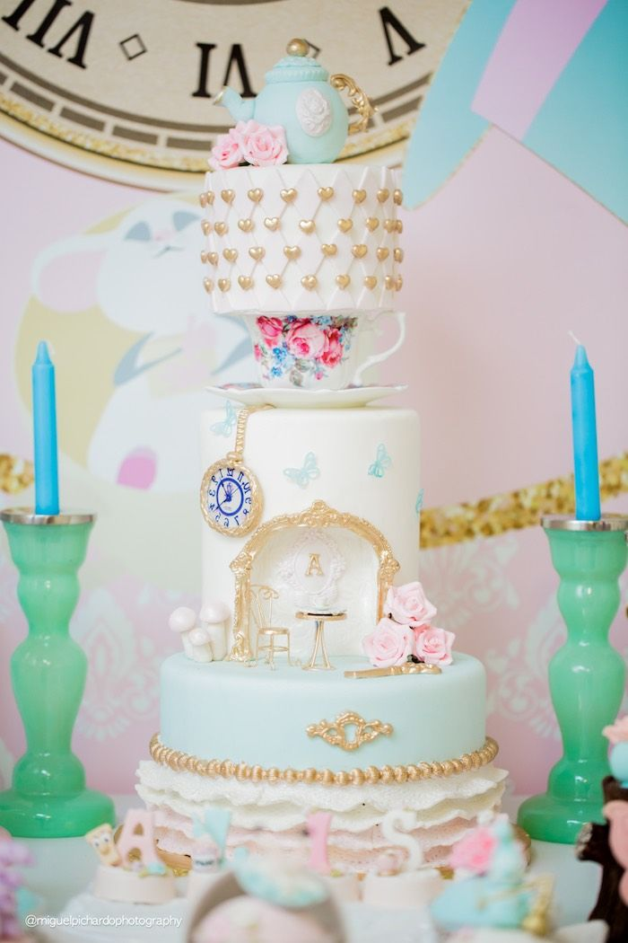 Alice in Wonderland Cake from a Pastel