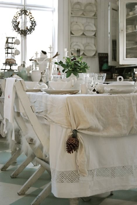 White on white Christmas / Holiday. Love the tablecloth.
