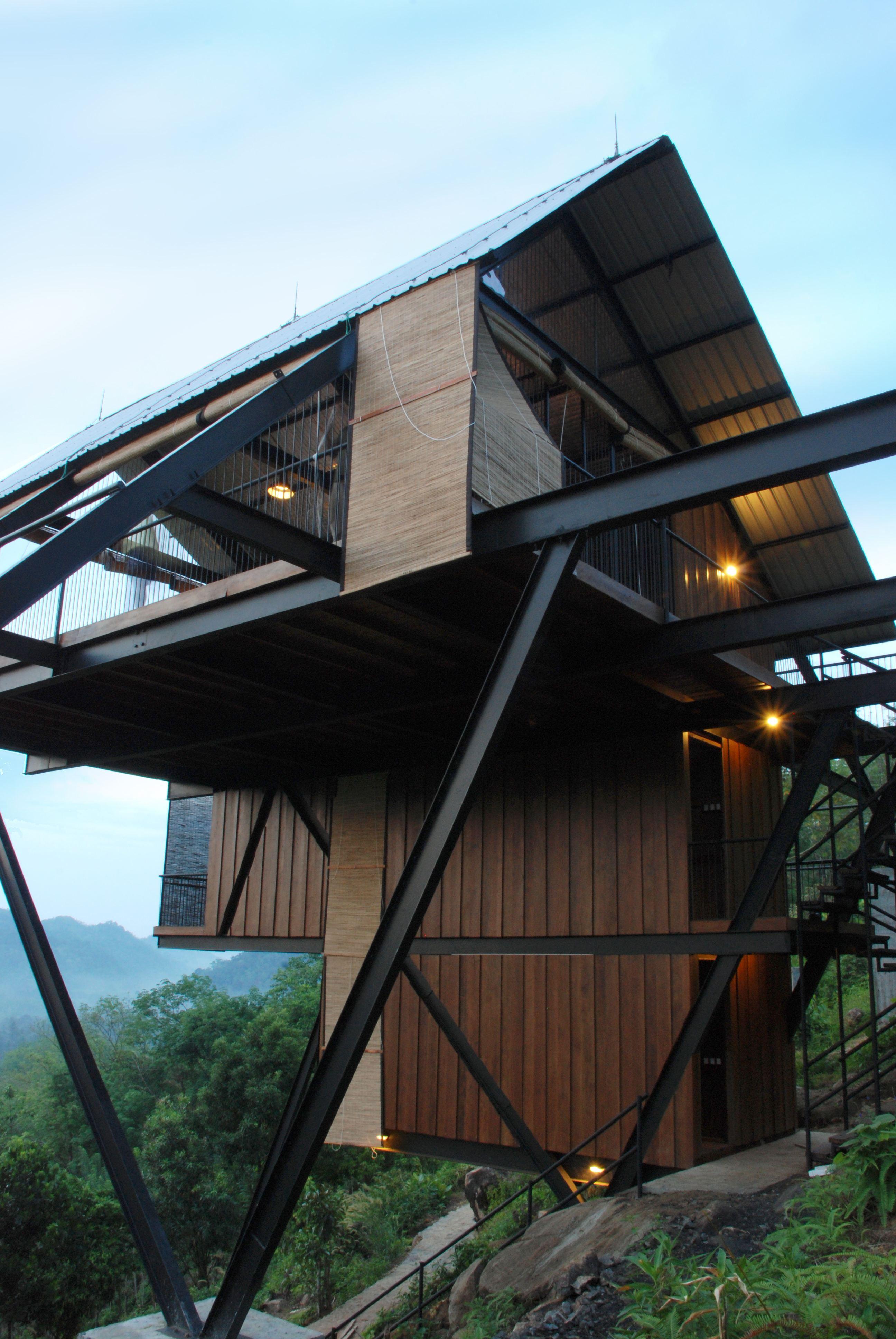 Dieses Haus auf Stelzen steht seit 2009 in den Hügeln von Mathugama ...
