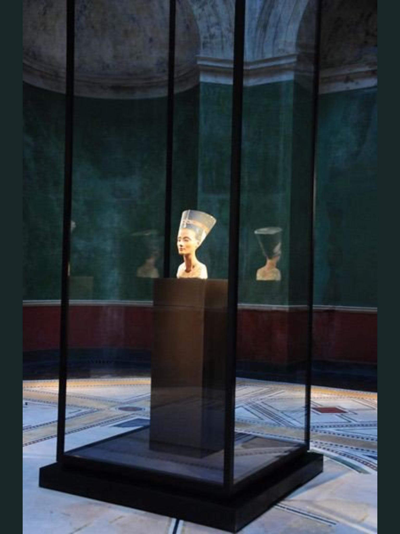 Nefertiti At Neues Museum Berlin Germany Ancient Egyptian Art Museum Displays Museum Display Cases