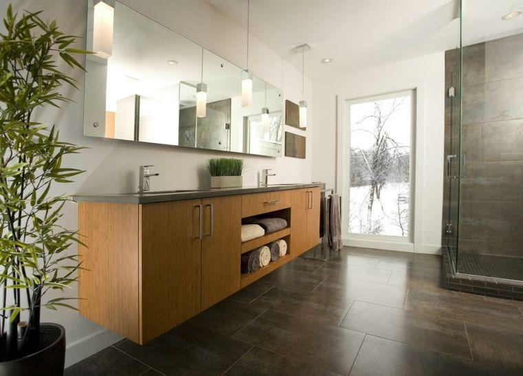Cabina doccia di vetro, mobile bagno di legno, lampade