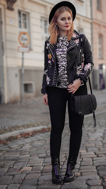 Pailletten Oberteil kombiniert mit Jeans und Lederjacke