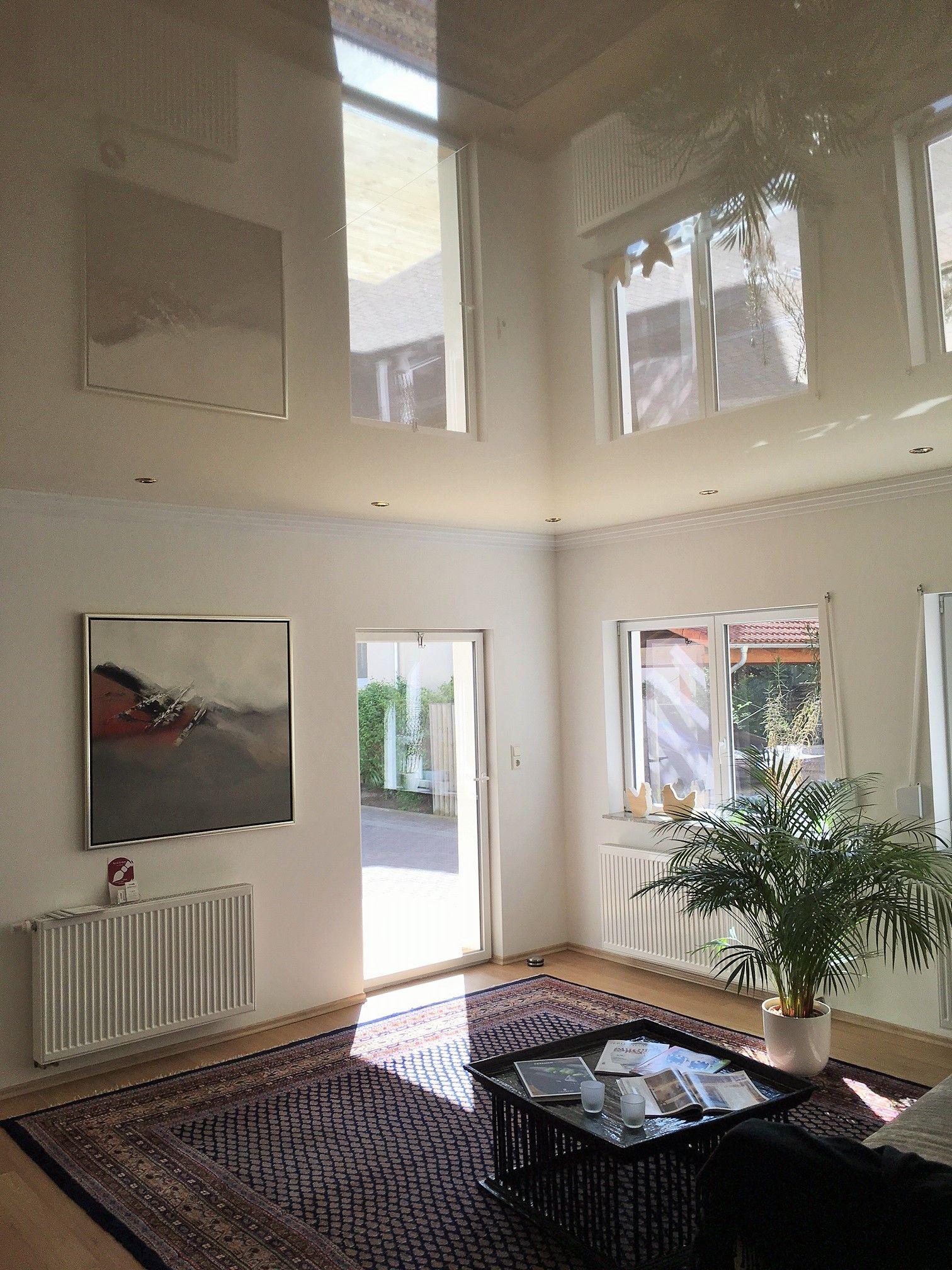 Beigefarbene Lackspanndecke Mit Stuckprofil Und Einbauspots Haege Ausstellung Dizajn