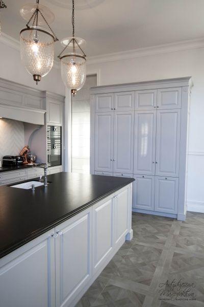 Kuchnie Angielskie Z Czarnym Blatem Na Wymiar Kitchen Cabinets And Backsplash Small Kitchen Backsplash Grey Kitchen