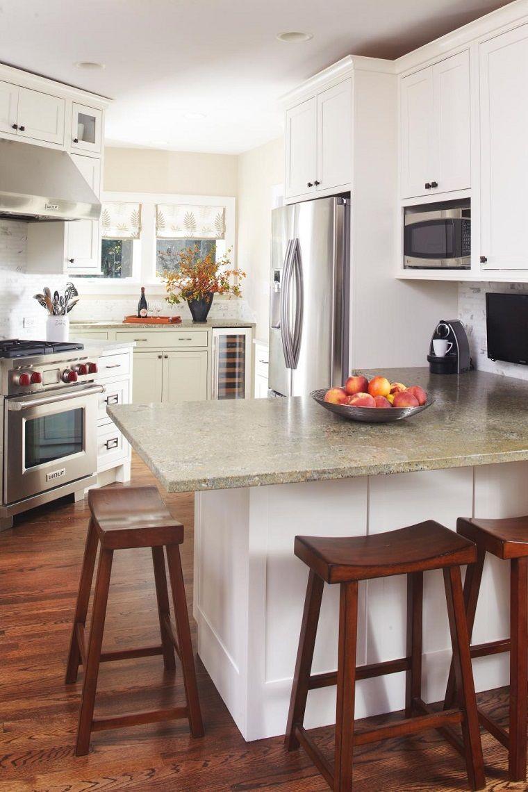 Sillas de barra de madera en la cocina peque a moderna for Decoracion de cocinas pequenas en madera