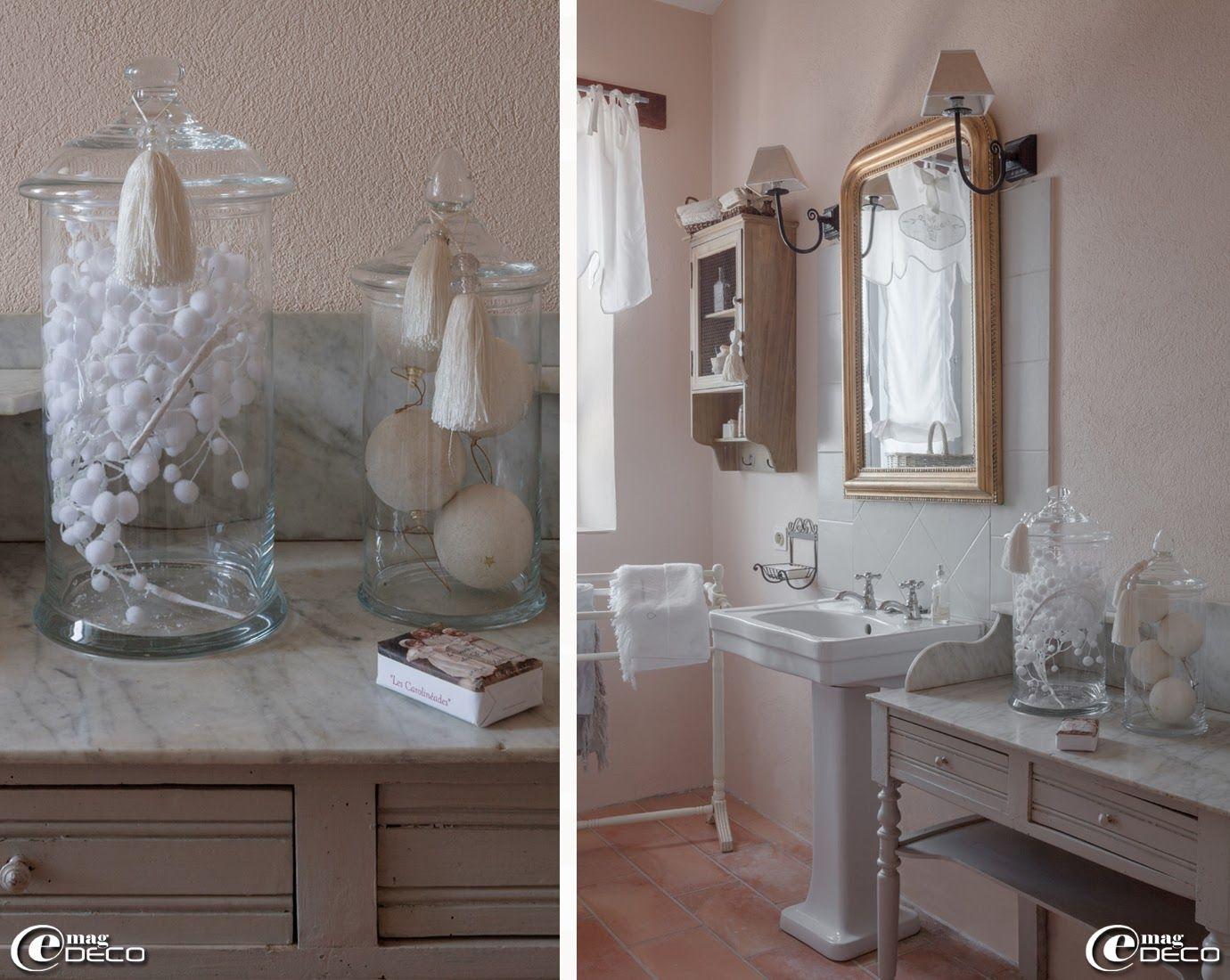 bocaux en verre 39 chehoma 39 pos s sur un meuble de toilette chin appliques 39 pomax 39 d co. Black Bedroom Furniture Sets. Home Design Ideas