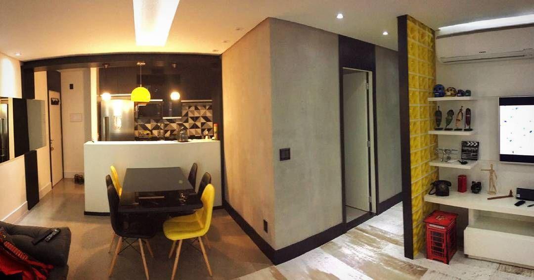 Apartamento com cozinha integrada projetado por #thaisbombonati Desenvolvimento do mobiliário @suasideiasnossodesign #danielmaia