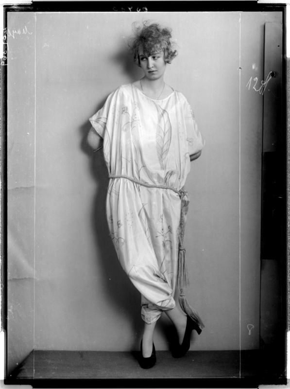 Description: Dame in einem kurzärmligen, langen Reformkleid Creator: Madame d'Ora, Atelier Date: 1921-02-08