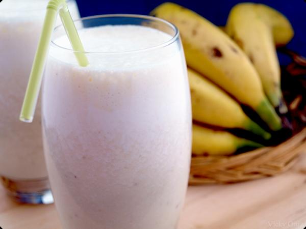 Batido de plátano en 1 minuto Ingredientes para 4 personas: 200gr de plátanos maduros 35 gr de azúcar o edulcorante químico 100gr de cubitos de hielo 200 gr de leche de vaca o de soja Preparación: 1.- Pon todos los ingredientes excepto la leche y programa 40 segundos, velocidad 5. 2.- Incorpora la leche por …