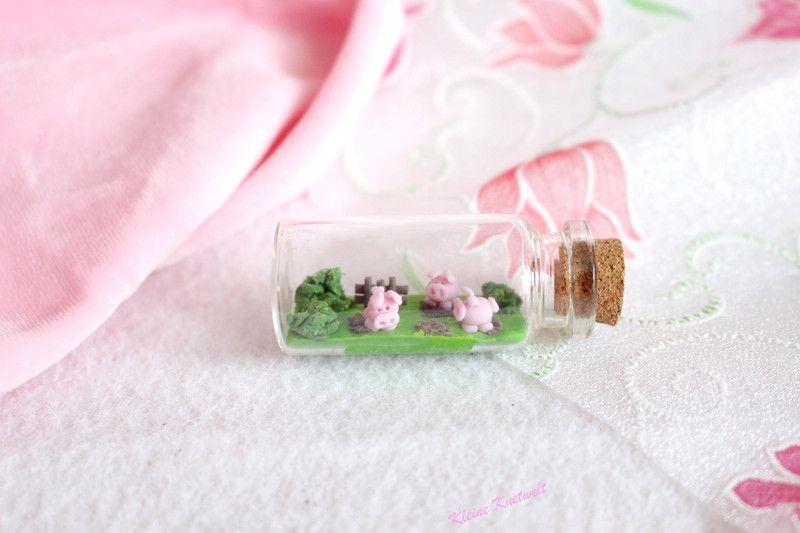 deko objekte schweine miniatur flasche ein designerst ck von kleine knetwelt bei dawanda. Black Bedroom Furniture Sets. Home Design Ideas