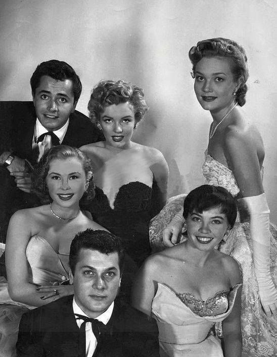 Marilyn Monroe con John Derek, Tony Curtis, Mitzi Gaynor y Leslie Caron en una fotografía promocional para los Premios Henrietta. Corría el año 1952...