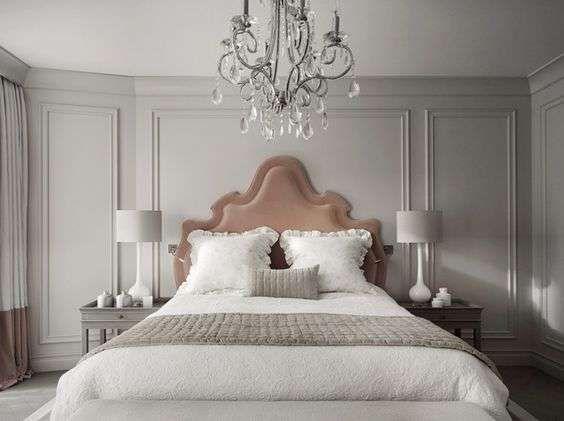 Boiserie bianca in legno nel 2019 | Camera da letto rustica ...