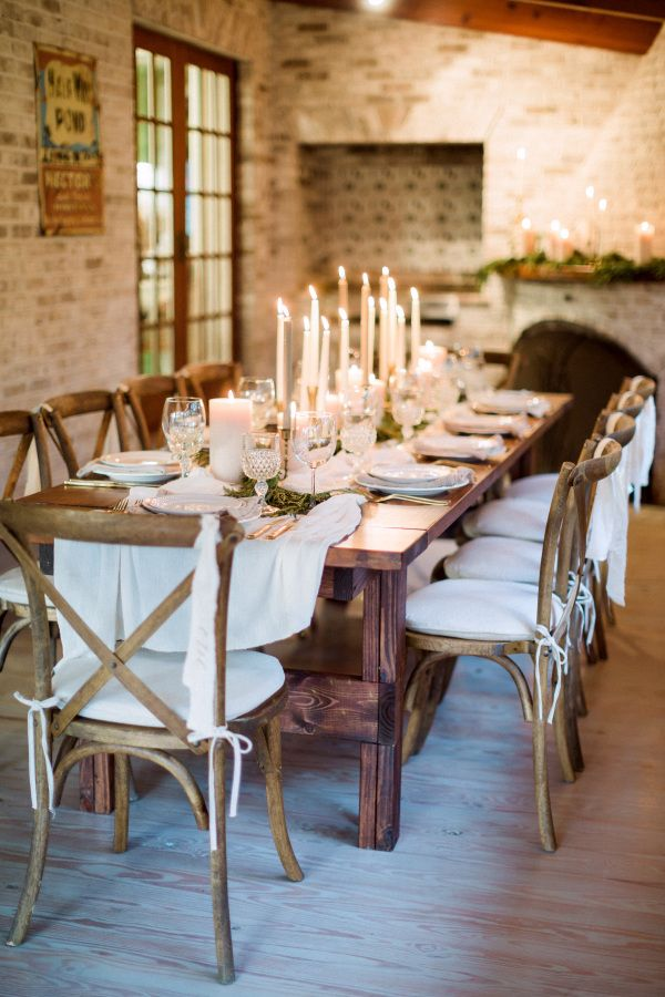 Cozy candlelit holiday dinner table decor: http://www.stylemepretty.com/living/2016/12/09/a-cozy-candlelit-holiday-gathering/ Photography: Hunter Ryan - http://hunterryanphoto.com/