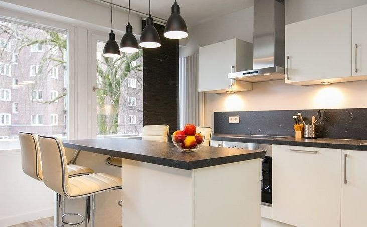 modern eingerichtete k che mit k cheninsel. Black Bedroom Furniture Sets. Home Design Ideas