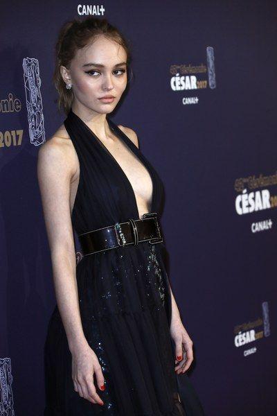 Lily-Rose Depp tout en décolleté pour la cérémonie des César 2017 (Photos)