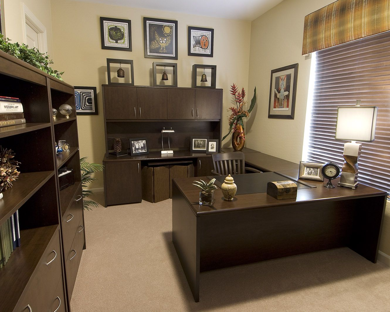 Office bookshelf decor - Sightly Office Decorating Ideas With Wooden Table Also Bookshelf Colored In Dark