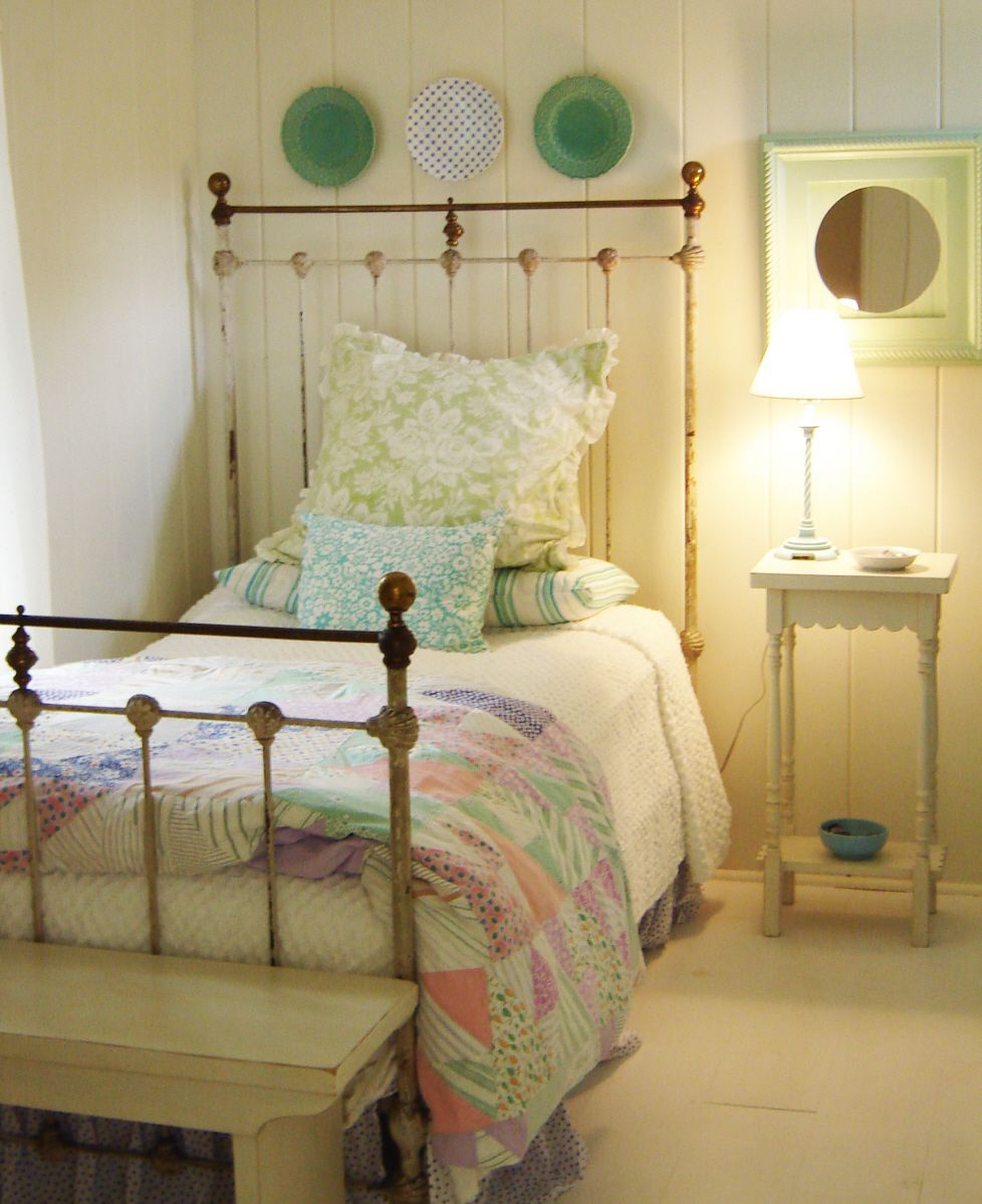 Country Cottage Bedrooms: Glorious Green In