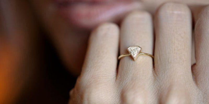 Verlobungsring | Foto von MinimalVS via Etsy | https://www.hochzeitsplaza.de/verlobung/verlobungsring-welche-hand | #verlobungsring #hochzeit #hochzeitsplanung #braut #verlobung #engagement #engagementring
