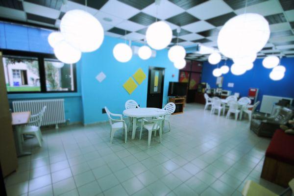 Cosa Trovi al Bliss Coworking? Una sala mensa e relax. Con frigorifero, macchinetta del caffè e microonde