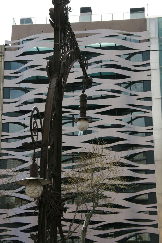 En un lugar privilegiado del Paseo de Gracia, en el centro de Barcelona y con un diseño exclusivo de fachada realizado por el prestigioso arquitecto Toyo Ito, los apartamentos turísticos con suites de lujo, Suites Avenue nacen con una identidad única y vanguardista, en concordancia con la Pedrera de Gaudí, que se encuentra justo delante. Ideal para largas estancias tanto para ocio como para negocios.  + info:  Edificio Suites Avenue Toyo Ito, arquitectura del s. XXI (video) Biografía de Toyo…