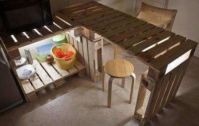 Tavolo e mobili cucine di pallet con una illuminazione molto